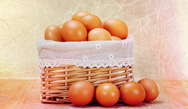 Eggs are high in protein and biotin that help repair cellular damage and prevent dry skin conditions.)