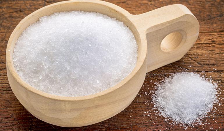 Epsom salt absorbs excess oil from the scalp