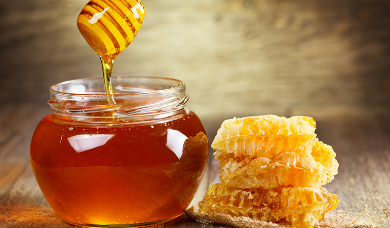 Honey being antioxidant and antimicrobial in nature, helps ease a common cold symptoms.