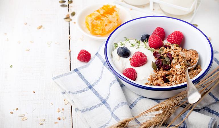 Yogurt parfait is a healthy breakfast that helps your brain perform better