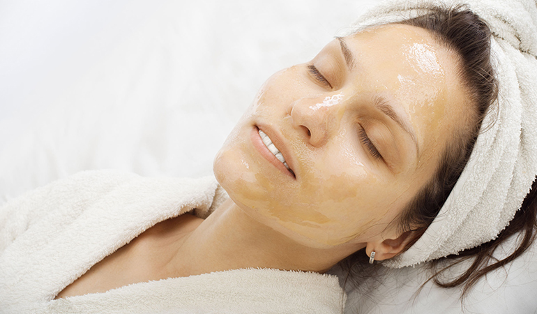 Baking soda honey mask gives a silky touch to the skin