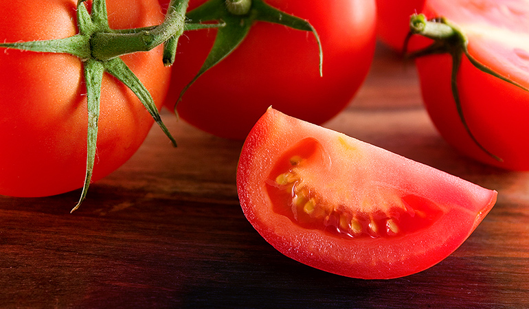 Tomatoes help in cleaning the skin, tackle open pores, and make the skin look soft and supple