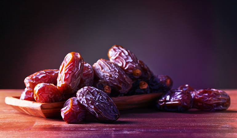 A 100 gm of dates: 64 mg of calcium (4.9% DV)