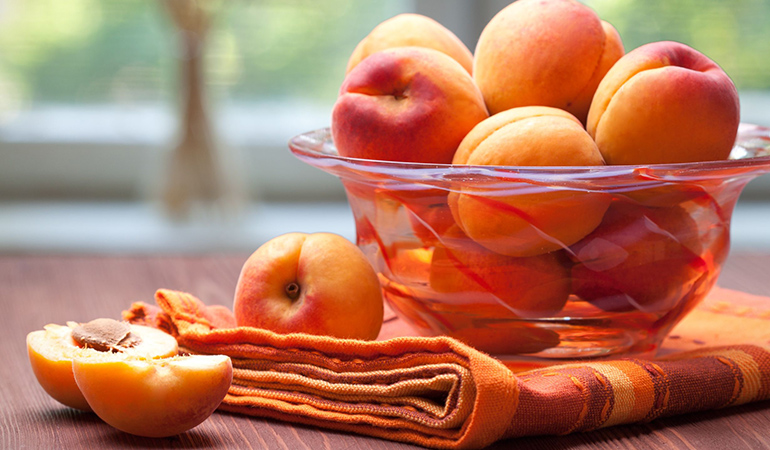 1 cup of sliced apricots has 5.4 mcg of vitamin K (4.5% DV).