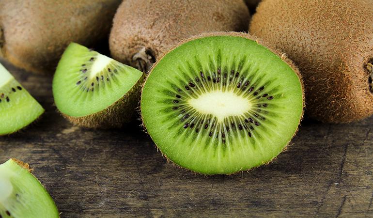 1 cup of sliced kiwifruits has 72.5 mcg of vitamin K (60.4% DV).