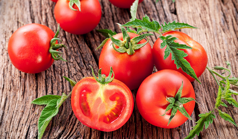 1 cup of chopped tomatoes has 14.2 mcg of vitamin K (11.8% DV).